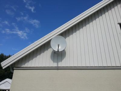 Vit parabol på vit fasad går också bra.
